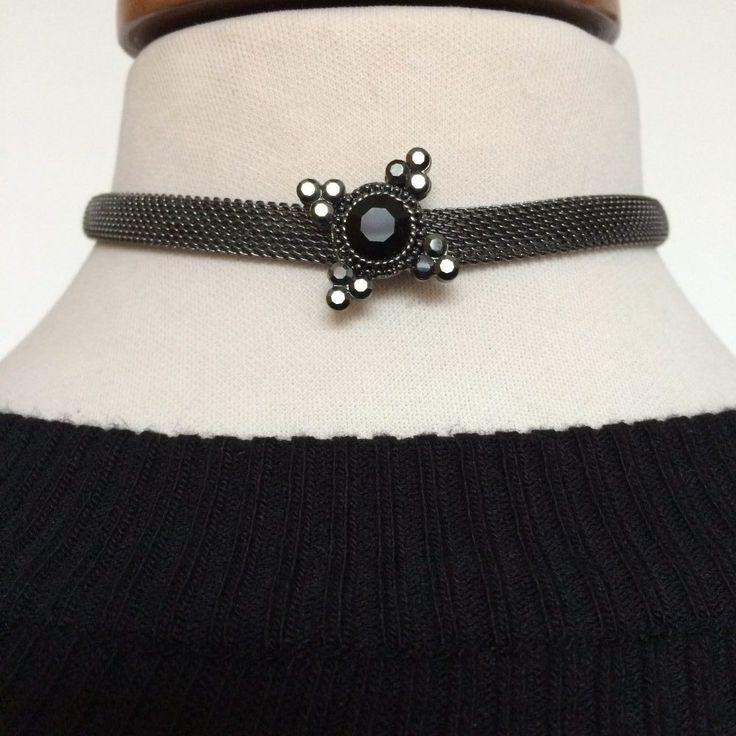 Antiek zilverkleurige choker met strass. Flexibel materiaal. Zwarte strass steen van 1 cm en meerdere grijze strass steentjes.
