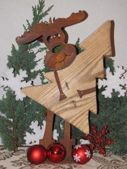 edelrost elch max mit weihnachtsbaum aus holz der edelrost elch max hlt einen weihnachtsbaum aus holz