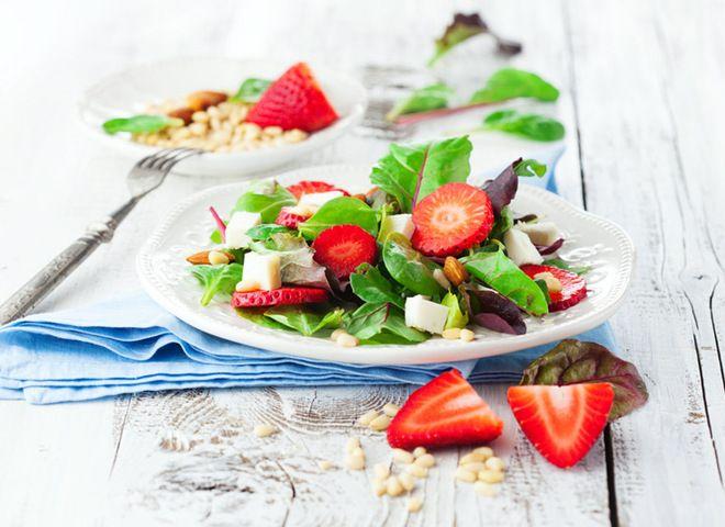Карельские вести Рецепты с клубникой: салат из клубники, шпината и фета Еда
