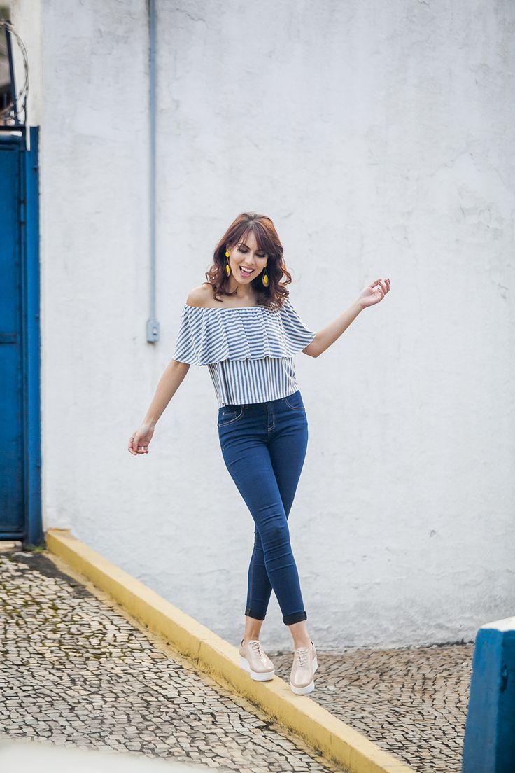 LOOKSLY -  Aline Brum com blusa ciganinha de listras e calça jeans de cintura alta do Verão 2017