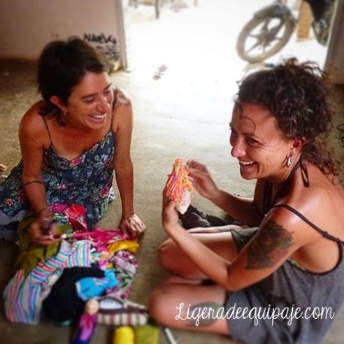Dos artistas viajeras que trabajan con los niños de Taganga. Talleres de muñecas de identidad