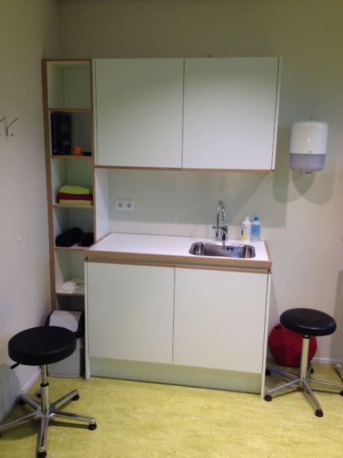 VRI interieur keukenpantry wit met eiken voor gezondheidscentrum