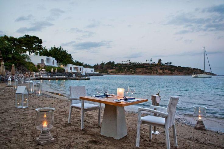 Der Privatstrand vom griechischen Hotel Minos Beach Art Hotel.