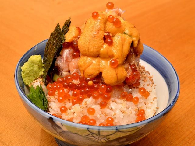 うに、いくらがこぼれ落ちる!ド迫力&絶っ品な人気海鮮丼!(1/2)[東京カレンダー]