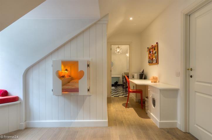 Te koop - Villa 6 slaapkamer(s)  - bewoonbare oppervlakte: 550 m2  - Uitzonderlijk verfijnd eigendom op droomlocatie nabij de golf. Een ultiem kasteelgevoel en een sfeer alsof het object er al een hondertal jaar staat.   - beveiligde toegang (alarm) - bouwjaar: 2003-01-01 00:00:00.0 - dubbel glas 3 bad(en) -   4 gevel(s) -  5 toilet(ten) -  - met zwembad - eetkamer - oppervlakte kelder: 8 m2 - oppervlakte keuken: 36 m2 - oppervlakte living: 85 m2 - oppervlakte eetkamer: 31 m2 - oppervlakte…