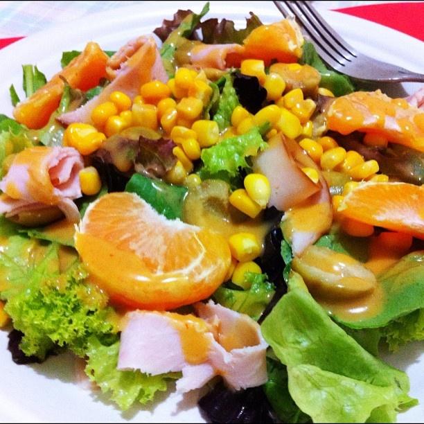 mix de folhas (alface crespa, roxa, rúcula e manjericão roxo), peito de peru defumado, azeitona, milho verde e laranja cravo com molho de mostarda dijon e sriracha