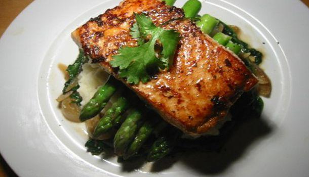 Comer sano y delicioso es muy fácil, sigue esta exquisita receta de salmón al horno con espárragos.