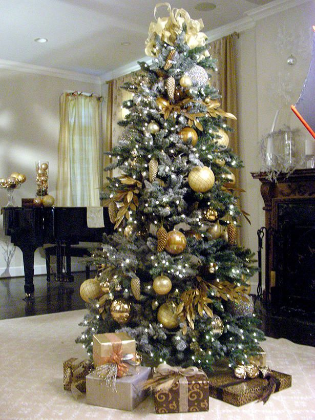 LOVE the gold and silver look. Too bad I already decorated with red and gold. Next years Christmas color theme.
