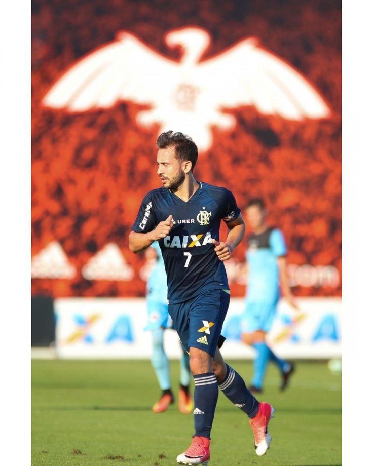 ⚫️🔴 #VamosFlamengo @EvertonRi . Foto: Gilvan de Souza/Flamengo . Descrição #PraCegoVer: Éverton Ribeiro corre no campo do CT. Ao fundo, desenho de Urubu abre as asas sobre o meia. . . #Brahma #Brasileirão #Caixa #Carabao #CarabaoBrasil #Flamengo #Goals #Mengão #MRVEngenharia #NaçãoRubroNegra #NemMeViu #nofilter #Tim #UberBrasil #VaDeUber #VaiEncarar #Yes #YesIdiomas