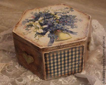 Короб-`Букет незабудок`. Шестигранная коробочка из натурального дерева, декорирована в технике декупаж, с элементами старения. Нарядный короб послужит прекрасным подарком, украсит кухню и любой интерьер. Внутри обработан морилкой без лакировки.