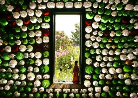 Glass Bottle Houses (ultimate upcycling!) Genial muro de Botellas