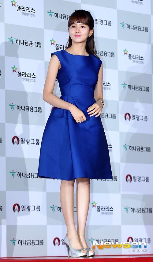 Love this Audrey Hepburn-esque royal blue satin dress on Kim So-hyun at the 51st Grand Bell Awards. November 2014