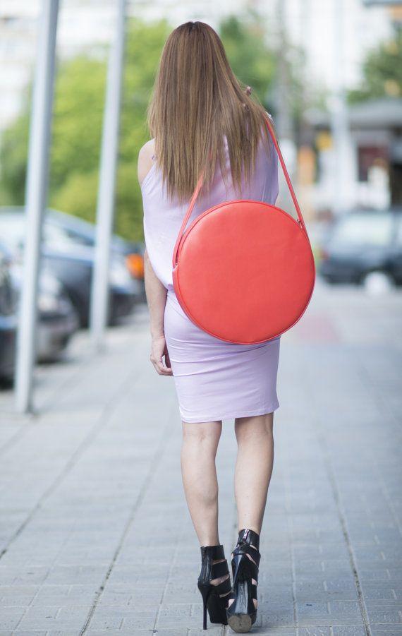 Круглая сумка из натуральной кожи. Кожаная сумка. Оранжевая сумка. Сумка через плечо. Модные сумки.