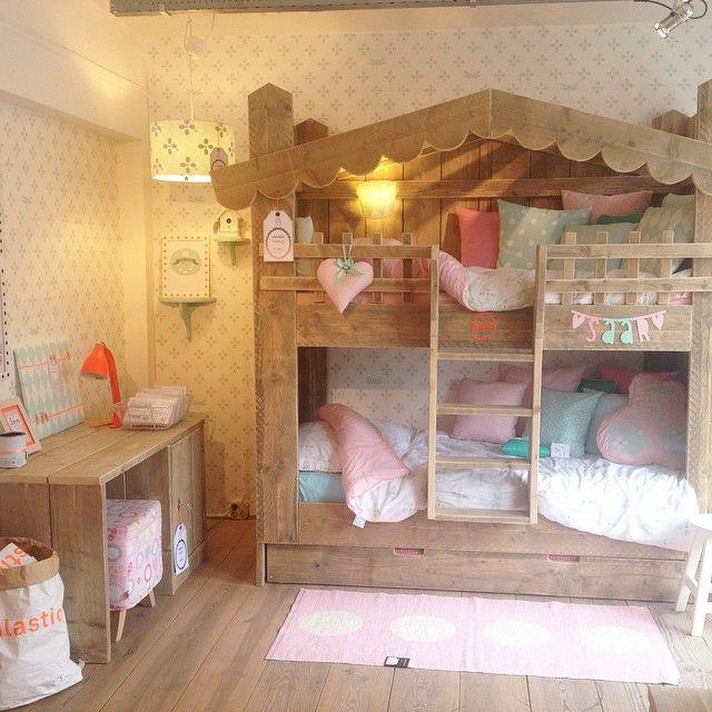 Juffertje in 't groen #saartjeprum #behang #pastel #fluor #stapelbed #kinderkamer #meisjeskamer #steigerhout #bureau #girlsroom #interior