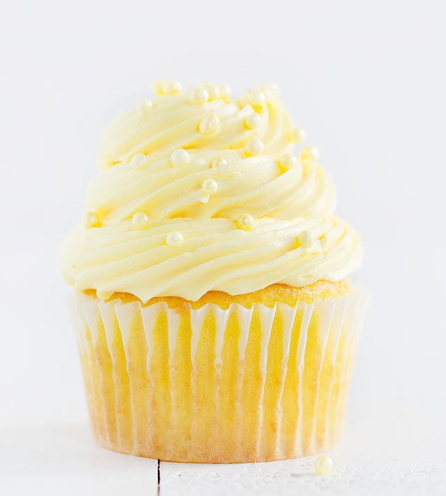 Easy Lemon Cupcakes with Lemon Buttercream - Baking a delicious lemon cupcake doesn't have to be complicated! Try this easy recipes for a fast treat!