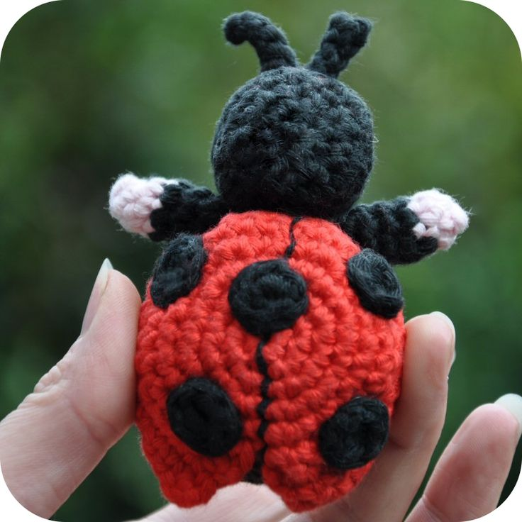 Amigurumi patroon:    Lieveheersbeestje Pimpampoentje   Gehaakt met haaknaald 3, Creative Cotton kleuren: Rose 00 , Rouge 05 en B...