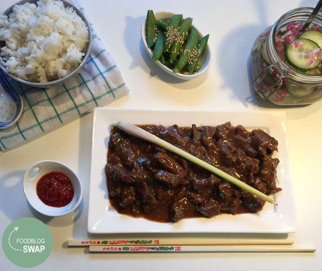 Rendang Daging een heerlijk Indisch stoofvlees gerecht op basis van rundvlees. Maak zelf de heerlijke boemboe (kruidenpasta) voor dit gerecht.