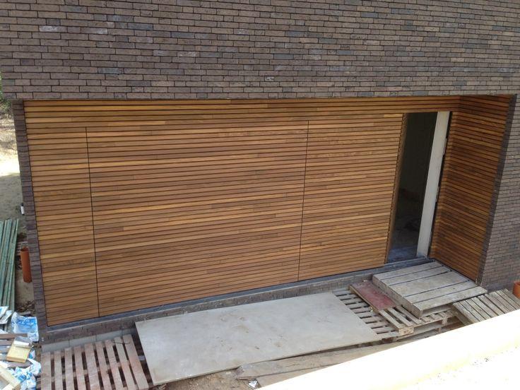Free-Willy Afrormosia houten sectionaaldeur - Mol (B) - Different Doors Garagedeuren