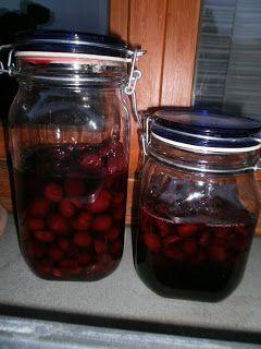 Care amiche ,   Oggi vi presento la mia ricetta per preparare il Cherry  ( liquore di ciliegie ).   Ho lavato 400gr di ciliegie  e ho le...