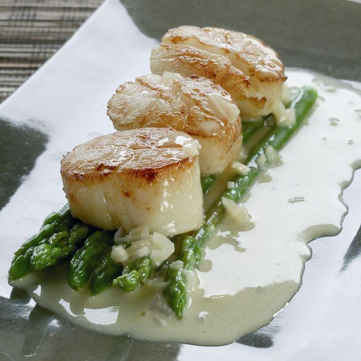 """Het lekkerste recept voor """"Gebakken sint-jakobsoester met blanke boter en mini-asperges"""" vind je bij njam! Ontdek nu meer dan duizenden smakelijke njam!-recepten voor alledaags kookplezier!"""
