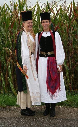 Mädchen in der Konfirmation Tracht der Siebenburger #Siebenbürgen                                                                                                                                                                                 Mehr