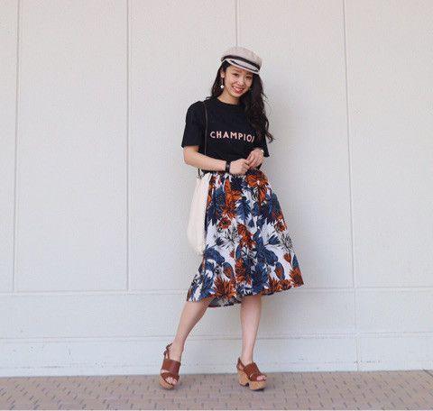 TOPSがカジュアルなのでいつもなら デニムに合わせて とことんカジュアルスタイルが 大好きな私 ですが 今日は柄のスカートで フェミニンカジュアルに♪♪ ☝︎今季のAvan Lilyのテーマです♡