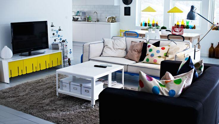 """IKEA Österreich, Inspiration, Wohnzimmer, IKEA PS 2012 3er-Sofa mit blauem Gestell und Bezug """"Svanby"""" in Beige, KLIPPAN 2er-Sofa mit Bezug """"Granån"""", IKEA PS 2012 Couchtisch in Weiß, IKEA PS 2012 TV-Bank, GÅSER Teppich"""