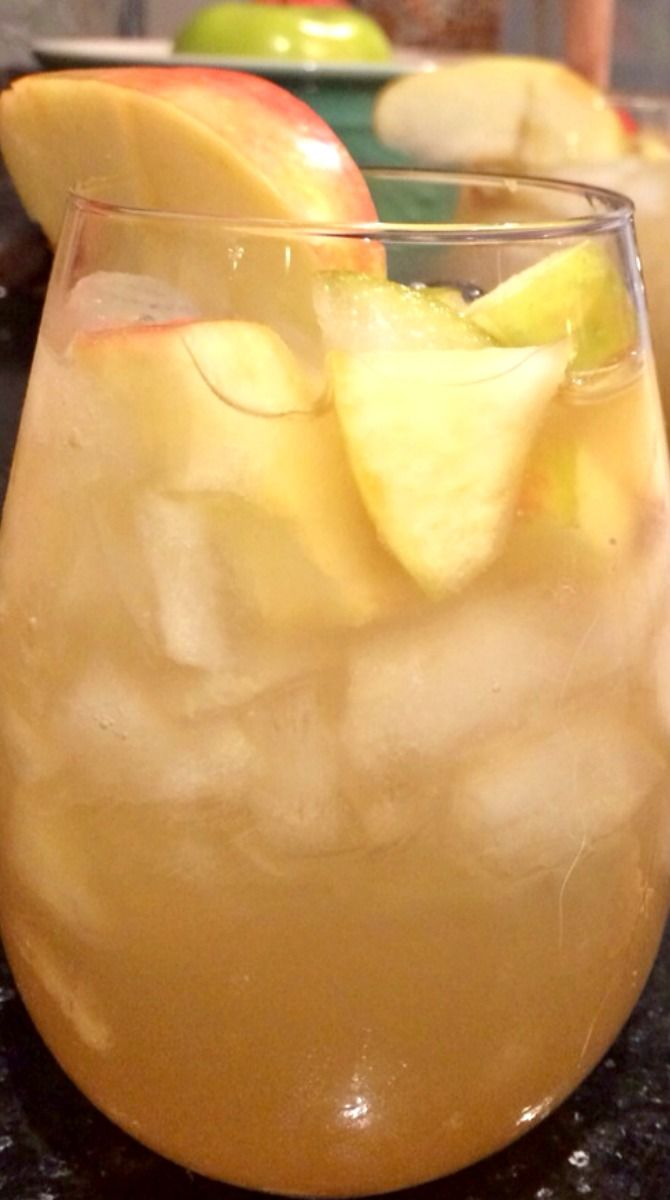 Apple Pie Sangria ~ The absolute best drink for fall. This cocktail is amazing!  YUM!