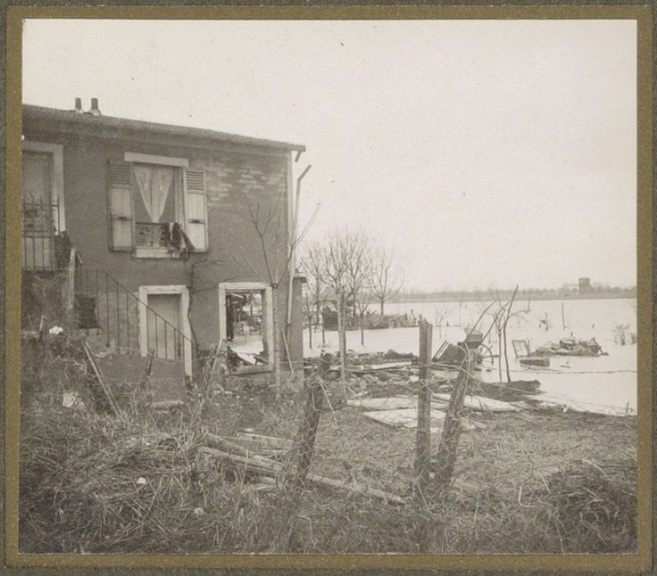 G. Dangereux | Verwoest huis in een ondergelopen buitenwijk van Parijs, G. Dangereux, 1910 | Onderdeel van fotoalbum overstroming Parijs en voorsteden 1910.