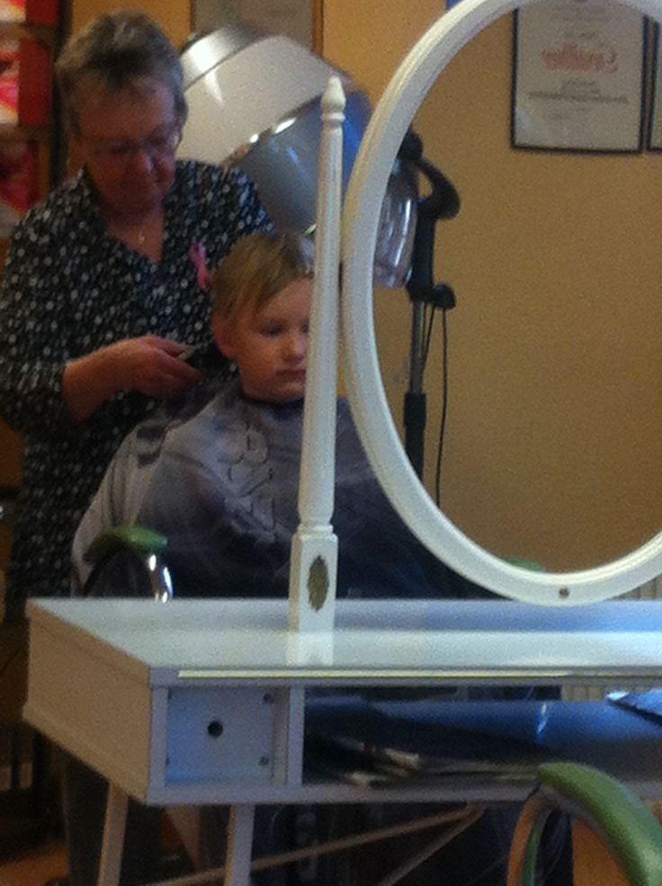 Hugo klipper sig på salong nätt