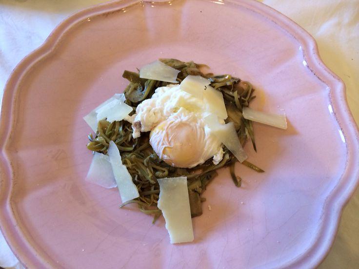 Nido di carciofi al pepe verde con uovo in camicia e scaglie di pecorino romano.... BUON APPETITO #apericena #cookinglab #chefadomicilio #affittostranieri #personalchef #ceneaziendali #cookingclass #chef #corsidicucina #ceneprivate #compleanni #italianfoodlovers #foodblogger #italianfood #recip #ricette #instafood