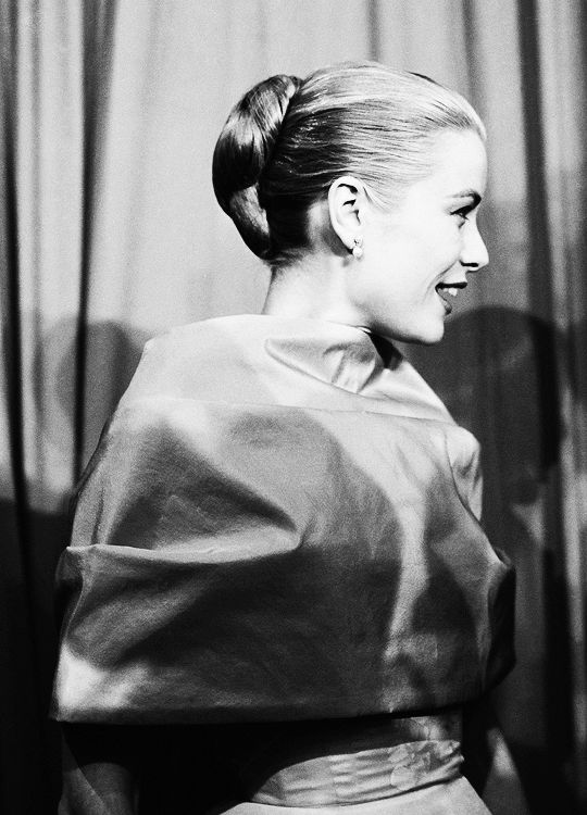 American actress Grace Kelly attends the Academy Awards at the Pantages Theatre in Hollywood, 21st March 1956.