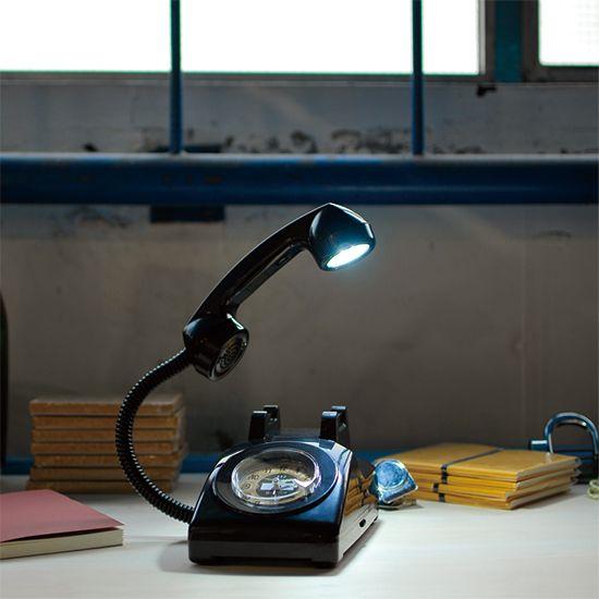 電話が鳴ると、強制的に目が覚めてしまう。そんな目覚まし時計です。LEDライトが受話器に。