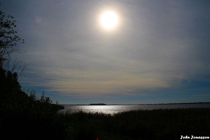 Solen lyser igenom molnen i Hammarsjön
