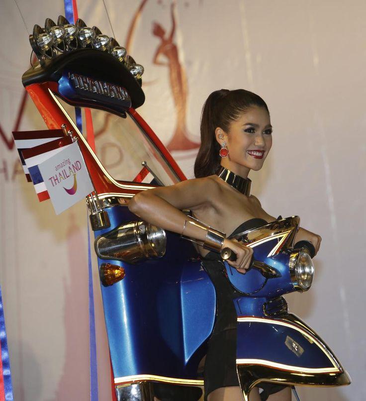 26.11 Miss Universe Thaïland 2015 s'est présentée dans une robe pour le moins originale, censée représenter un tuk-tuk, lors d'une conférence de presse en Thaïlande.Photo: AP/Sakchai Lalit