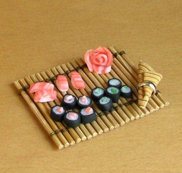 O passatempo favorito da artista Kim Burke é criar miniaturas de alimentos. As peças cabem nas pontas dos dedos. via Wave Avenue