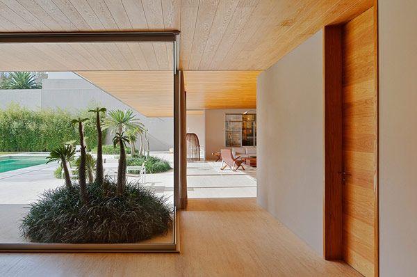 parque humano modern architecture design          Insprong aan deur als vorbeeld schuifwand.   Ook voorbeeld van twee materialen gebruiken ipv een gelakte mdf wand en schuifdeur in zelfde