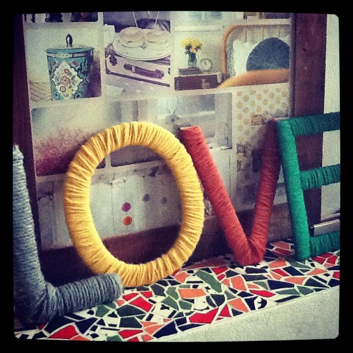 Houten letters omwikkeld met wol.  Warm en gezellig.