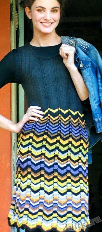 Платье с цветным зигзагообразным узором