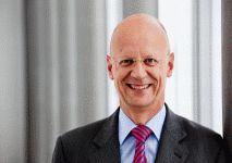 Nach seiner Ausbildung zum Industriekaufmann studierte Dr. Ralf Thomas, Jahrgang 1961, von 1988 bis 1992 an der FAU Betriebswirtschaftslehre und promovierte danach auf dem Gebiet des Bilanzsteuerrechts. Anschließend startete der gebürtige Nürnberger 1995 bei Siemens seine Karriere und übernahm 1999 die Leitung des Bereichs Accounting and Treasury bei der Tochtergesellschaft in Südafrika. Seit 2013 gehört er zum Vorstand der Siemens AG.