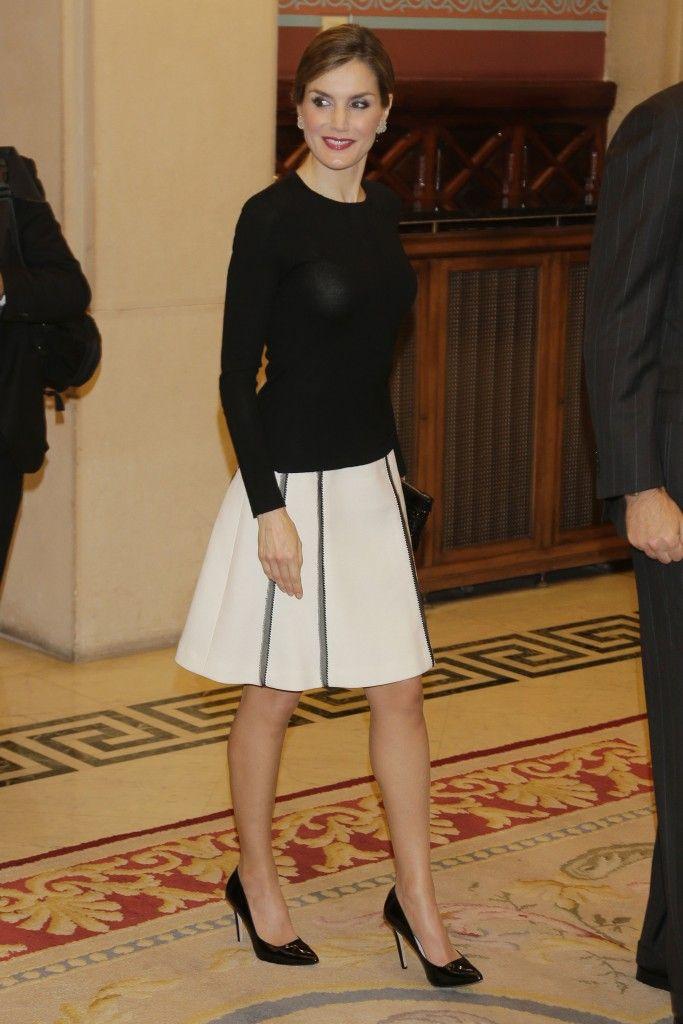 Letizia vuelve a la coleta, y estrena look 'black&white'