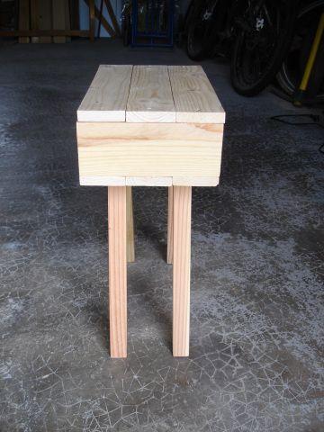 Aujourd'hui, nous allons voir comment faire une paire de tables de chevet. Voilà les ingrédients : 6 planchettes de bois, 2 montants verticaux, 4 pieds  Et voici la recette imagée : Com…