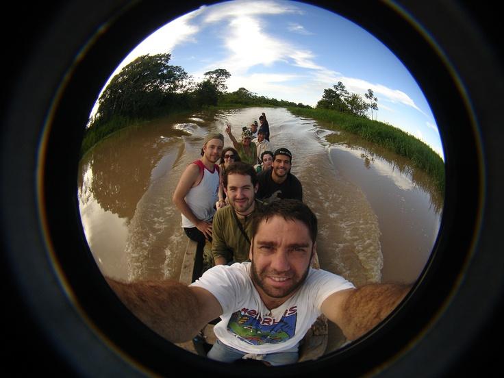 El equipo de VIDA en terreno, de adelante hacia atrás: Felipe, Tomy, Yo, Fernac, Naty, Claudita, Klaudia Kemper, Armando, Meyer. Navegando por el río Yananyacu en un bote arrendado para la ocasión a un vecino (quien maneja).