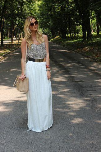 Si eres el tipo de chica de jeans y camiseta, te va a gustar la combinación de una camiseta sin manga de leopardo blanca y negra y una falda larga plisada blanca.