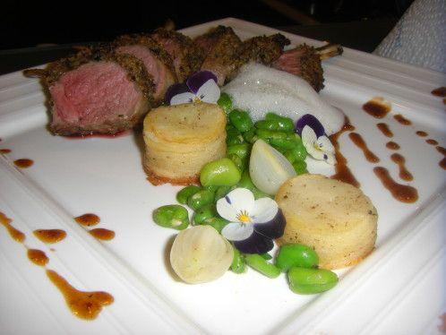 carré d'agneau en croute du sud, fèves de marais et oignons grelots, écume d'ail et de thym, pommes bouchons