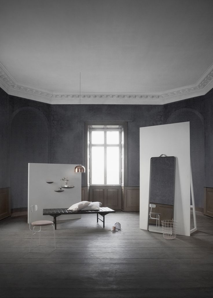 Ponadczasowa lampa marki Menu w kolorze mosiądzu jest prosta w formie, subtelna i funkcjonalna. Wpisuje się w stylistykę wnętrz loftowych, skandynawskich, a także nowoczesnych.