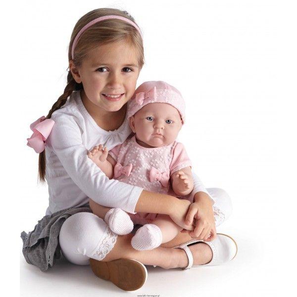 Lily Berenguer - Duża Lalka Bobas w Różowym Ubranku Kolekcja Berenguer Boutique 2014. Lily to duża lalka, przypomina prawdziwego pulchniutkiego niemowlaka. Lily jest ubrana w śliczną różową bluzeczkę z kokardkami, krótkie spodenki, skarpeteczki oraz czapeczkę. Wysokość lalki - 46cm Wiek od 2 lat. Wyprodukowano w Hiszpanii