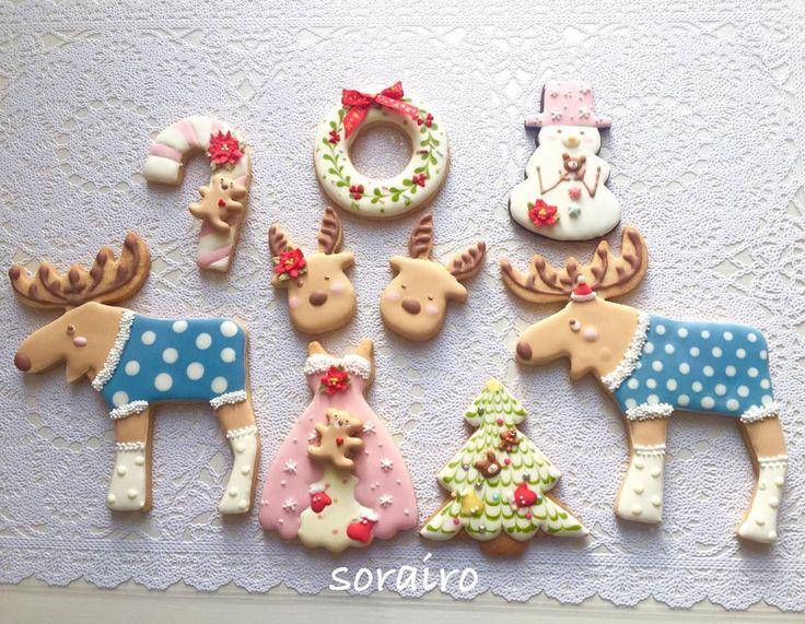 お友達からのリクエストで❤️ クリスマスだから赤がかわいいけど、食べることを考えると踏み出せない😋  ベースカラーは天然由来の着色料や抹茶、ココア、竹炭使用😊 ポイントのパーツの赤はやむなく合成で。 トナカイさんは先日のfarina 先生のお洋服とブーツをアレンジさせてもらいました😊 娘ちゃんからのリクエストでクリスマスドレス。 わたしのイメージで楽しく作らせてもらいました❤️ 喜んでもらえたみたいで良かった〜✨✨ #sorairo #そらいろ #大阪 #高槻市 #高槻 #Osaka #アイシングクッキー教室 # #edibleart #cookie #decolation #royalicing #decoratedcookies #クッキー #クリスマスクッキー  #christmascookies #トナカイ #キャンディケーン #リース #ornaments #candycane #雪だるま#christmastree #クリスマスツリー #オーナメント  #flower #rose #お花絞り#糖霜曲奇 #曲奇#snowman