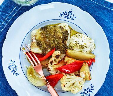 Njut av en trevlig pestobakad sej till middag med ugnsrostade grönsaker och sås. Fisken, liksom halloumin får ett lager med pesto över sig och toppas med ströbröd för en frasigare yta. Färgklicken på tallriken står paprikan för och med den fräscha pestosåsen vid sidan av blir middagen fulländad.