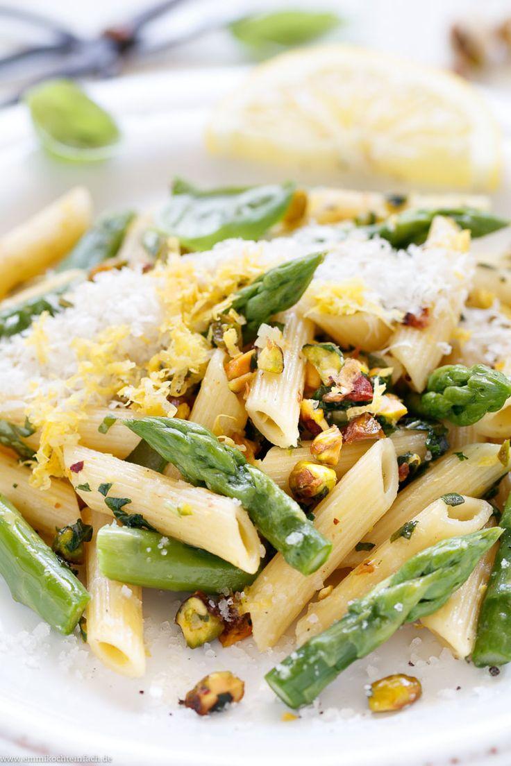 Pasta mit grünem Spargel und Pistazien in Zitronen-Buttersoße